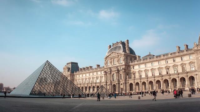 2. Bảo tàng Louvre, Paris, Pháp