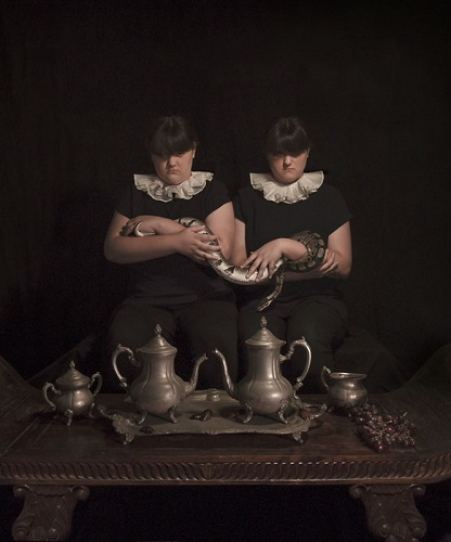 Photo by Tami Bahat - The Twins - 2015 - From the Dramatis Personae series | fotos surrealistas bellas, imagenes chidas de obras de arte contemporaneo en claroscuro inspiradoras