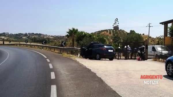 Incidente sulla statale 115: perde il controllo dell'auto e si schianta contro un cancello, un ferito