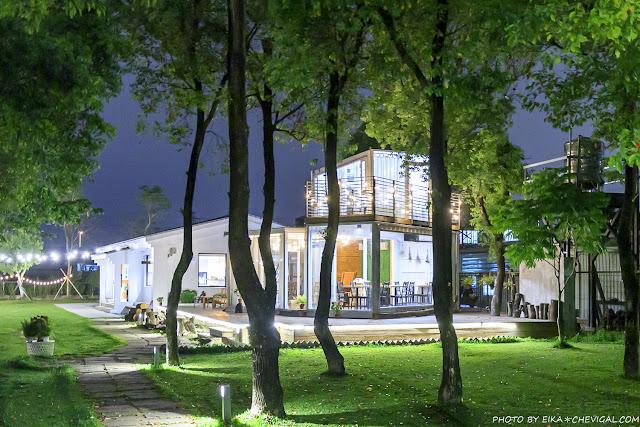 MG 3856 - 窩草的日子,台中人氣景觀餐廳,純白玻璃貨櫃屋搭配大片草皮好放鬆,夜晚閃閃發光也很美!