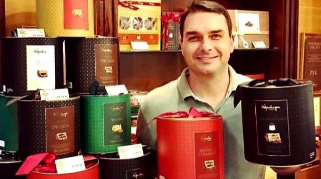 Loja de chocolates de Flávio Bolsonaro é suspeita de lavar R$ 2,1 milhões