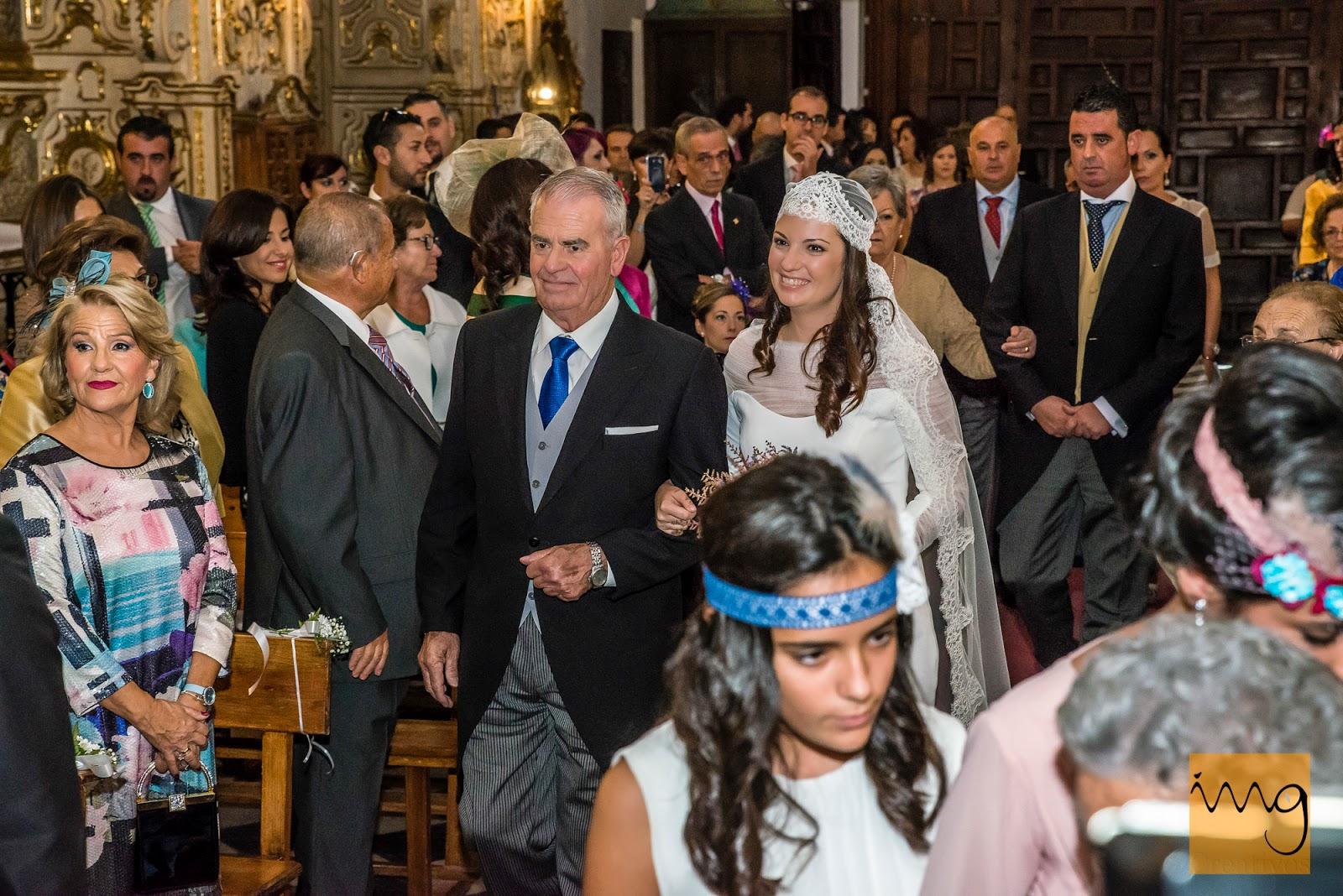 fotografía de la novia entrando a la iglesia del brazo de su padre