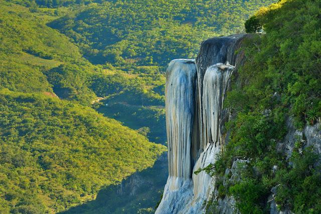 Hierve el Agua está en la población de San Isidro Roaguía, en el municipio de San Lorenzo Albarradas, estado de Oaxaca, México.