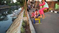 Anak-anak Bermain di sekitar Sampah