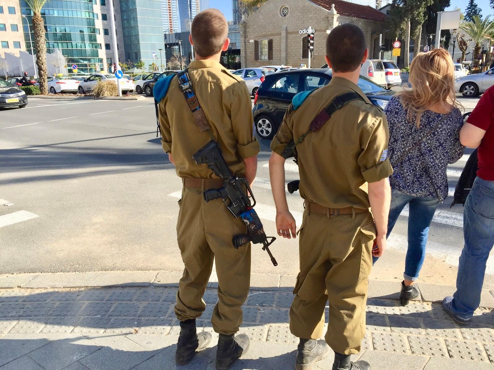 mladí vojáci v Tel Avivu