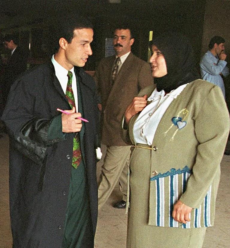 سيدة مصرية مع محاميها أثناء رفع دعوى طلاق بإحدى المحاكم