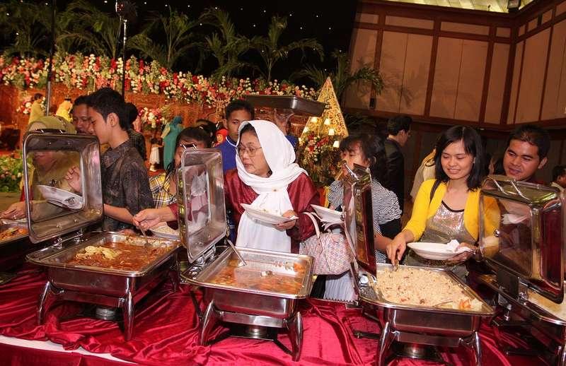 Ilustrasi Makan di Pesta Pernikahan (babymoontravelling.wordpress.com)