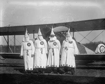 Membros da Ku Klux Klan (Foto: Divulgação/Curta!On)