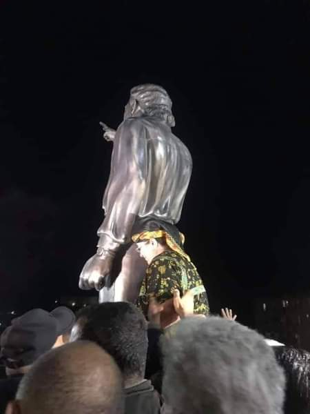 تمثال معطوب لوناس