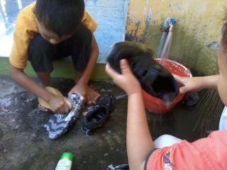 anak-sd-belajar-mencuci-sepatu