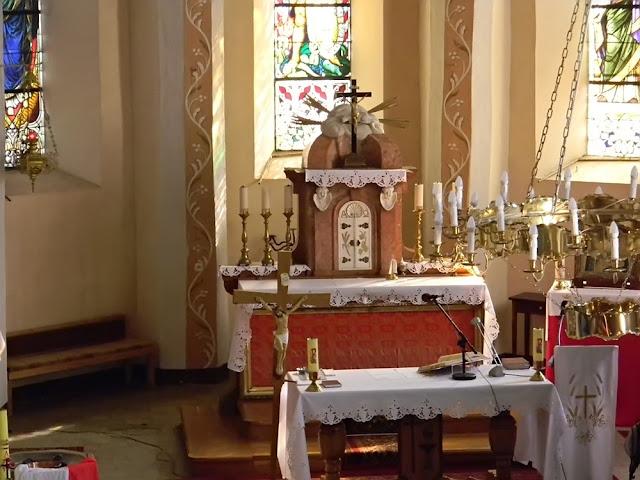 w ołtarzu umieszczona jest biała muszla św. Jakuba