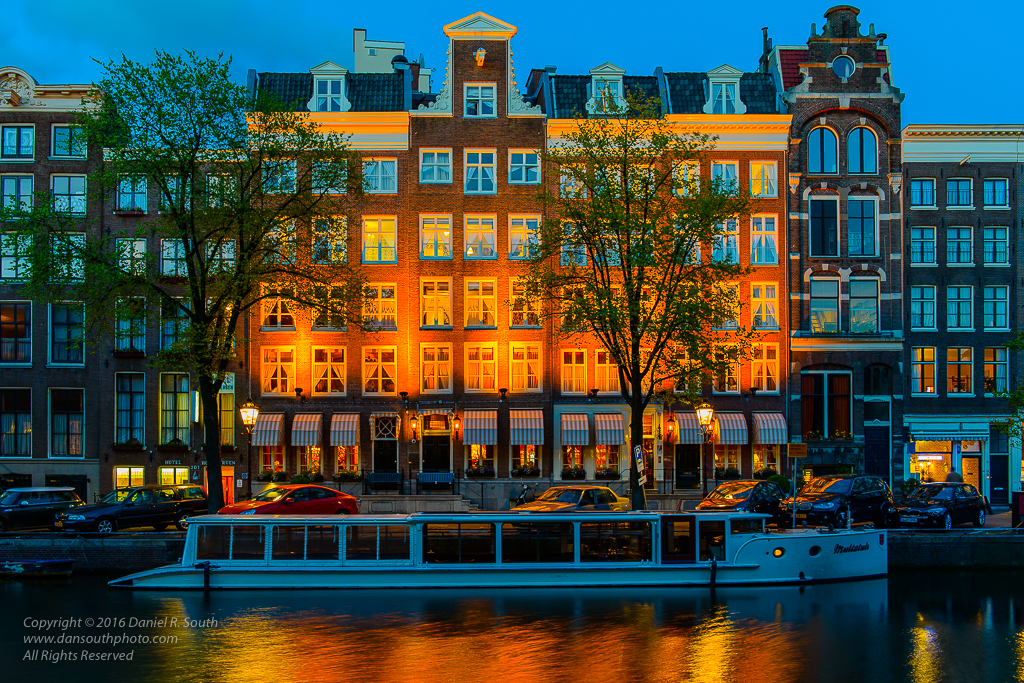 a photo of the canals of amsterdam at night
