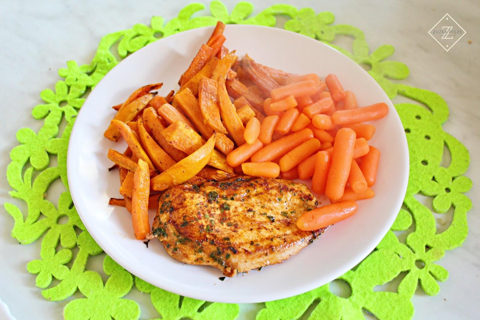 Grillowana pierś z kurczaka i pieczone frytki z batatów