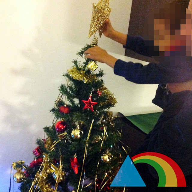 Poniendo la estrella a un árbol de Navidad