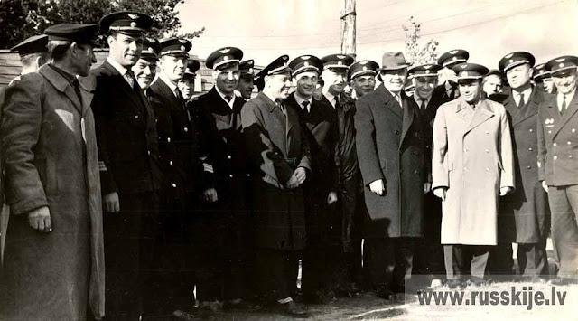 9-10 октября 1963 года. Рига. Юрий Алексеевич Гагарин среди летчиков латвийской авиагруппы ГВФ.