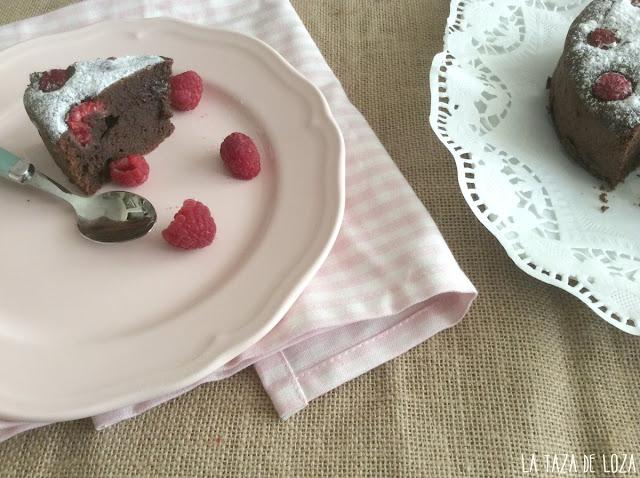 porcion-de-tarta-de-chocolate-con-frambuesas