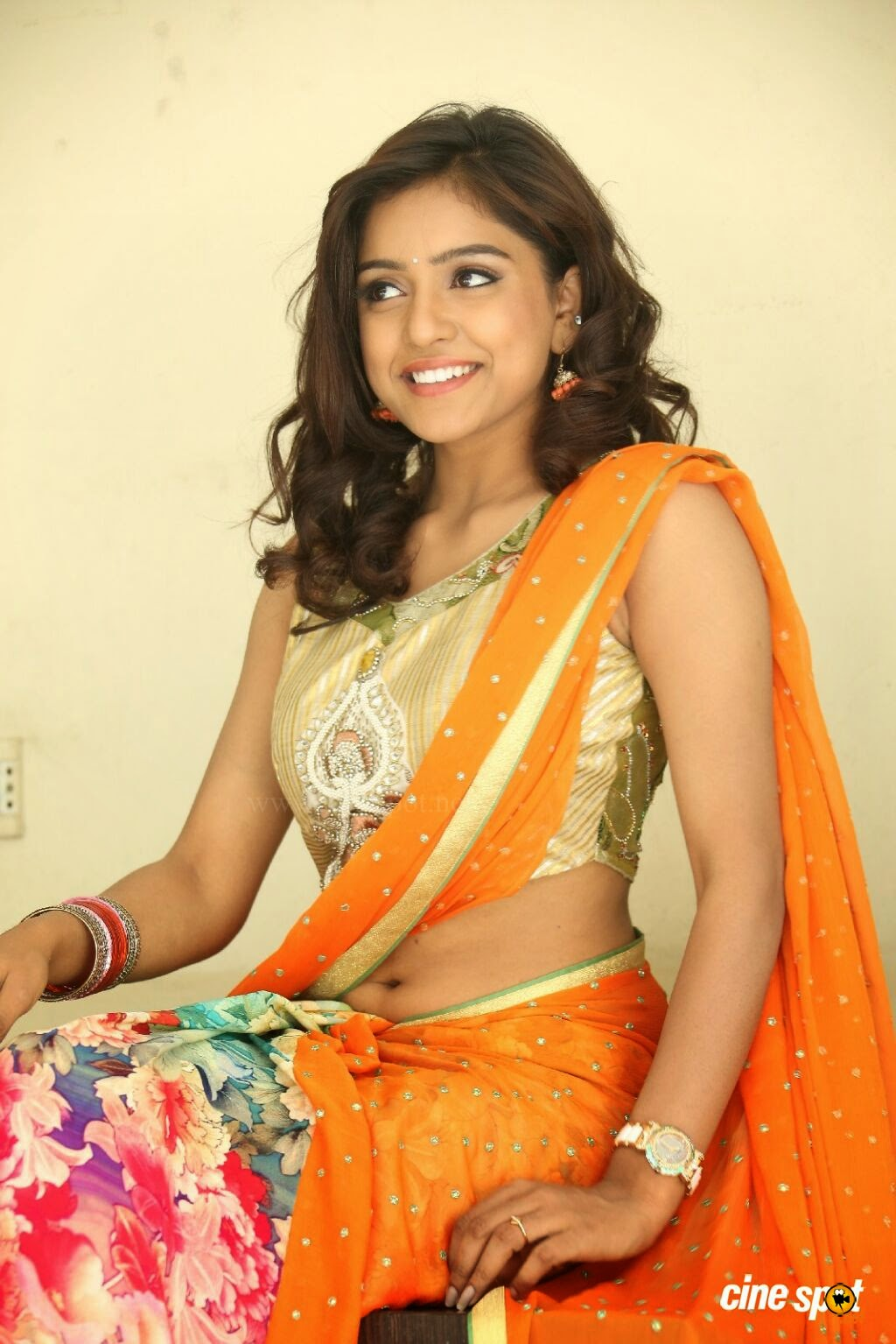 Young girl saree navel visible Hot actress