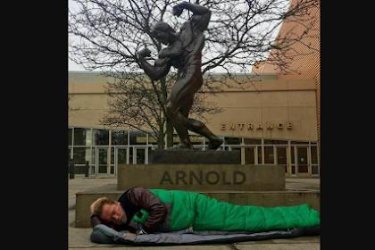Viral Foto Arnold Tidur di Bawah Patung Dirinya di Sebuah Hotel, Ia Tak Boleh Tidur di Hotel Tersebut Karena Sudah Tak Menjabat Jadi Gubernur