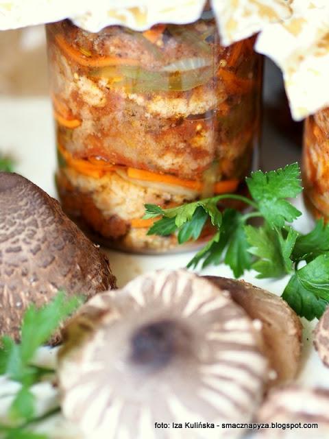 czubajki, grzyby marynowane, grzyby smazone, marynata pomidorowa, warzywa, przetwory, grzyby panierowane, sloiki, spizarnia, grzybobranie