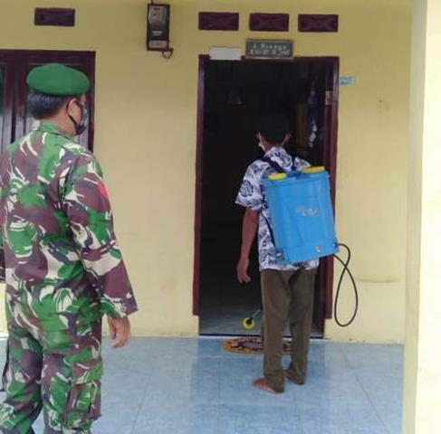 Cegah Penyebaran Covid-19, Personel Jajaran Kodim 0207/Simalungun Laksanakan Penyemprotan Cairan Disinfektan