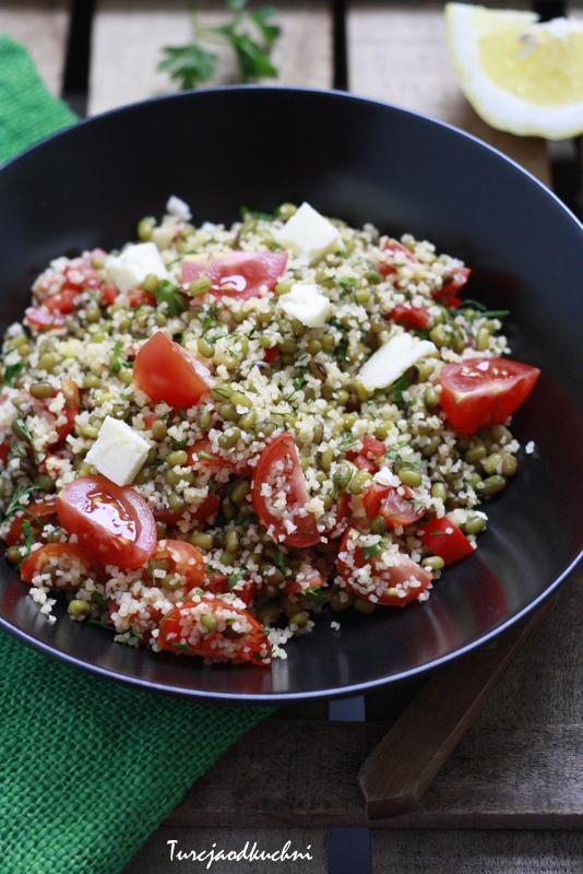 Sałatka z fasolą mung i drobną kaszą bulgur / İnce bulgurlu maş fasulyesi salatası
