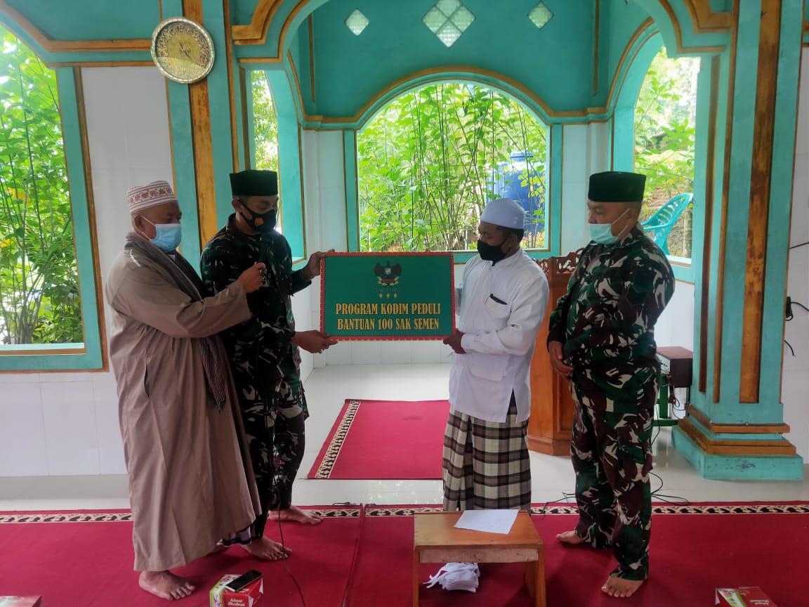 Program Jum'at Peduli, Bati Komsos Peltu Taufan Desem Arisandi beserta personel Kodim 0410KBL mengunjungi Pondok Pesantren Trisna Asih