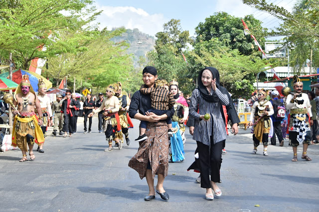 Kenakan Busana Casual Jawa, Bupati Trenggalek Ajak Kaum Milenial Tak Lupakan Budaya Jawa