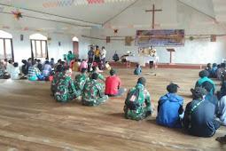 Satgas Pamrahwan Yonif 756/WMS Pos Jila Ikuti Ibadah Minggu Dilanjutkan Berikan Alkitab dan Pengobatan ke Masyarakat