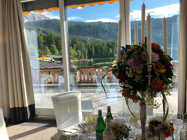 Festsaal, Bergpanorama, Seeblick, lake view, mountain panorama, Hochzeit am See, Berghochzeit, mountain wedding, destination wedding Germany, heiraten in Bayern, Eibsee, Grainau, Zugspitze, Hochzeitsplanerin Uschi Glas, wedding in Bavaria, Sommerhochzeit 2019