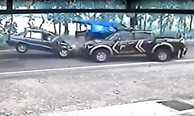 CCTV Detik-detik Tabrakan Mobil Polisi vs Sedan di Pati