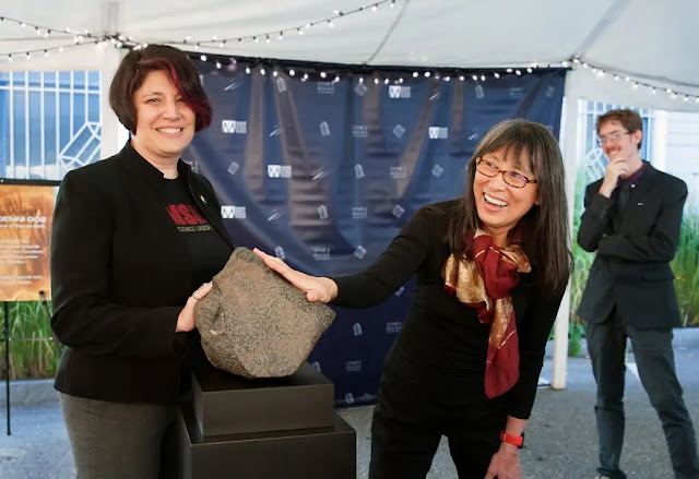 Foto das pesquisadores Aileen Yingst e Florence Tan ao lado de Taoudenni 002
