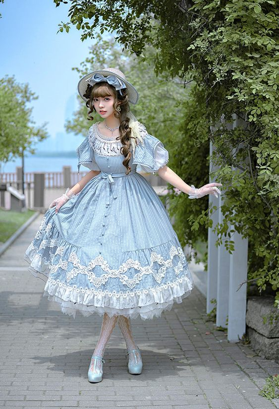 Girl dressed as a classic lolita