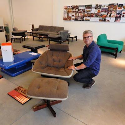 O marceneiro Doni Grandini inspeciona a poltrona Mirage, de aspecto futurista.