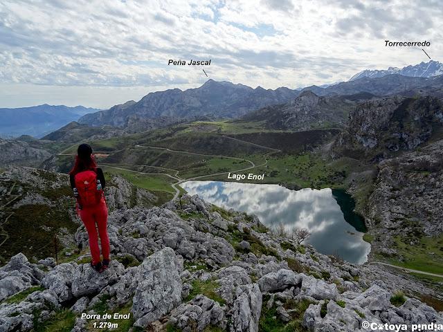 Vistas al Lago Enol desde la cima de la Porra de Enol
