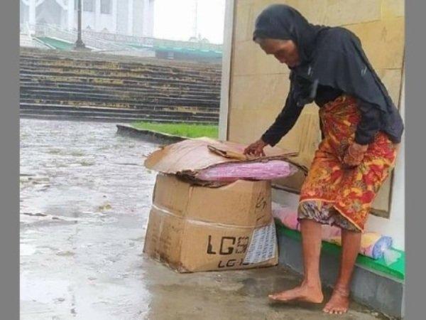 Nenek Sebatang Kara Pilih Kehujanan Daripada Tidur di Dalam Masjid, Alasannya Bikin Menohok