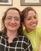 रिद्धिमा तिवारी अपनी माँ के साथ