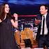 Anne Hathaway canta com Jimmy Fallon músicas traduzidas pelo Google