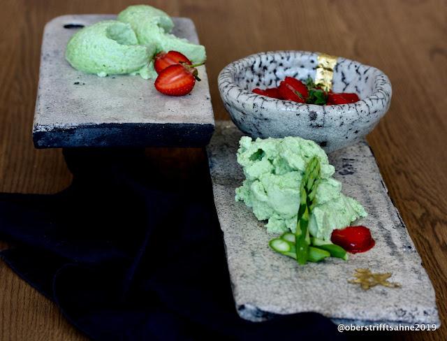 Dessert mit grünem Spargel und Erdbeeren