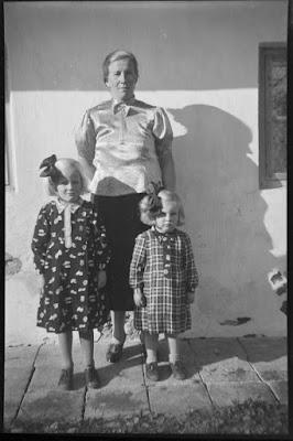 Foto von Mutter und zwei kleinen Kindern - 1930-1950