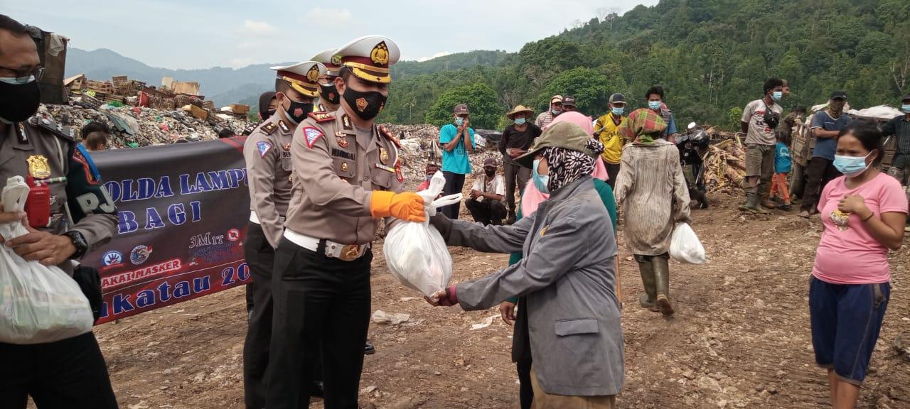 Ditlantas Polda Lampung dan jajaran  secara serentak  memberikan paket sembako kepada warga yang berdampak pandemi covid 19