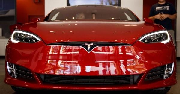 Teslaの赤い車