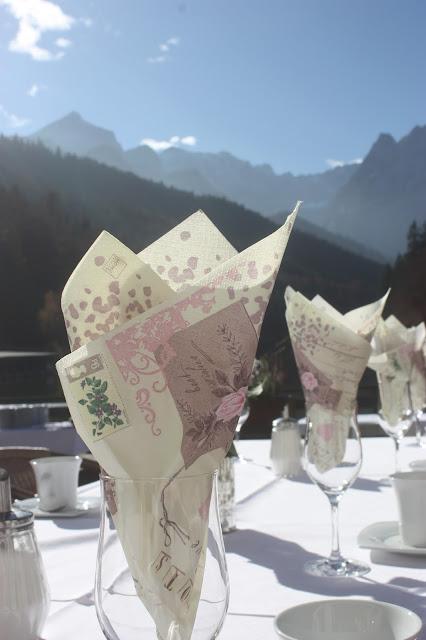 Kaffeetafel zum Hochzeitsempfang, Romantische Herbsthochzeit in den Bergen von Garmisch-Partenkirchen, Vintage-Style, heiraten im Hochzeitshotel Riessersee Hotel; wedding destination abroad Bavaria, Fall mountain wedding