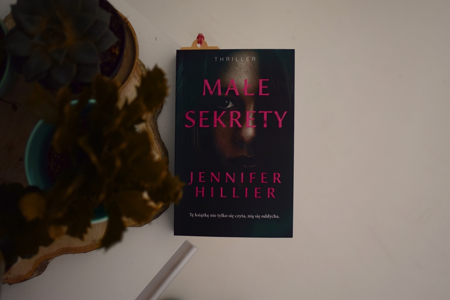 MałeSekrety,WydawnictwoMuza,JenniferHillier,porwaniedziecka, porwanie, trauma,opowiadanie,recenzja,thriller,bogactwo,
