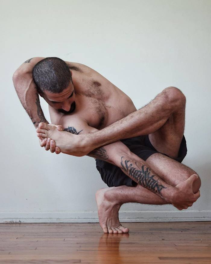 Professional dancer, choreographer and Photographer from Berlin Rauf Yasit demonstrates the incredible stretch in the photos in his Instagram account