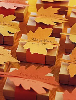 bomboniere con scatole e foglie