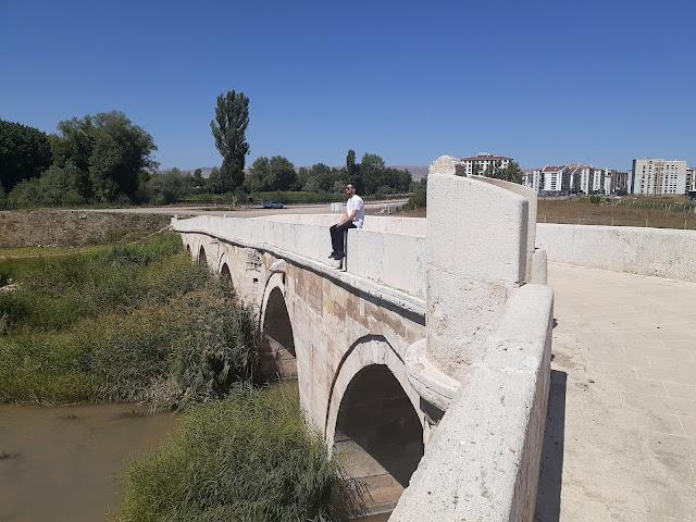 Harun İstenci Sivas'ta Tarihi Eğri Köprü üzerinde oturuyor...
