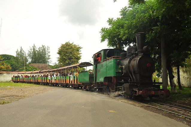 Bernostalgia di Atas Kereta Uap Peninggalan Mangkunegara
