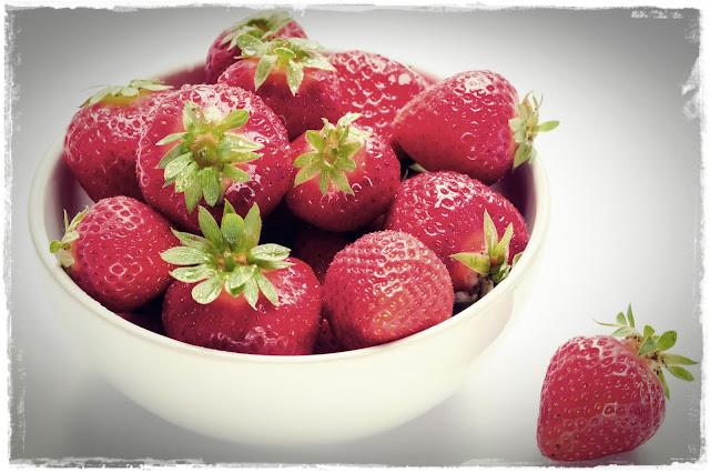 Você sabe quais são os benefícios do morango para a saúde? Um deles é o fato de estar entre os alimentos que ajudam a aumentar a imunidade. Além de saboroso, é muito rico em vitaminas e antioxidantes. Continue lendo e descubra alguns dos benefícios dessa fruta deliciosa.