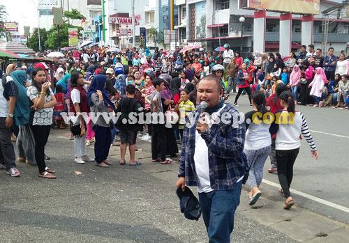 ATUR : Bom Bom memberikan pengarahan kepada pada peserta dan penonton agar tetap tertib selama berlangsungnya karnival. Foto Asep Haryono/www.simplyasep.com