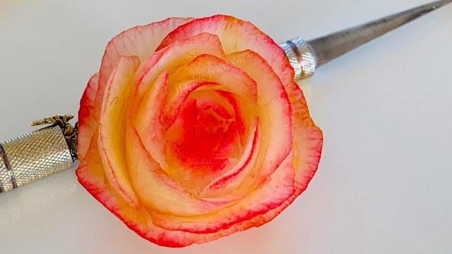 แกะสลักดอกกุหลาบจากหัวไชเท้า